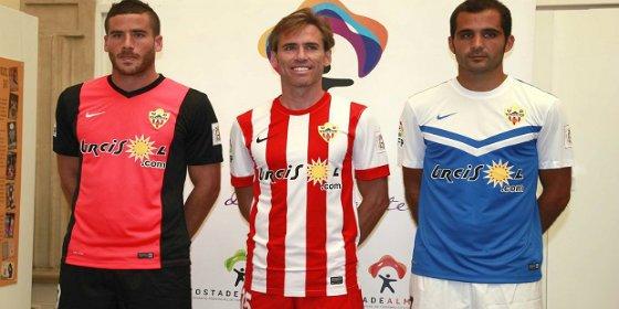 El Almería presenta sus camisetas