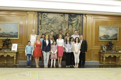 La Reina Letizia y los niños de Asociación piel de mariposa (DEBRA) y FUDENE