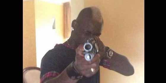 Balotelli la lía con una pistola