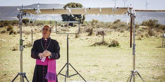Álex Angulo rodó su última escena en un cementerio y vestido de obispo