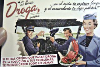 La azafata aconseja a los pasajeros de un avión que tiren sus drogas y se forma una gran cola ante el retrete