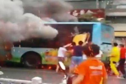 [Vídeo] Prende fuego a un bus con 80 personas a bordo y achicharra casi a la mitad