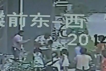 [Vídeo] Una niña de 2 años se cae desde un 8º piso y un transeúnte la coge al vuelo