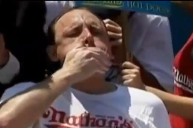 Muere atragantado durante un concurso de zamparse hot dogs a todo meter