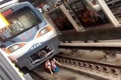 El vídeo de la embarazada que se desmaya y cae bajo un vagón del metro