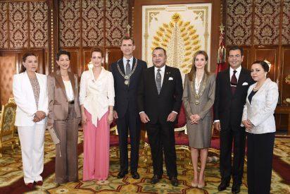 La Reina Letizia con velo y descalza en su visita a Marruecos