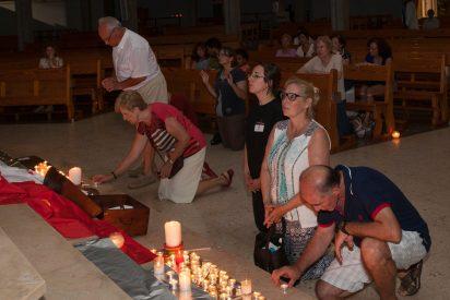 Jóvenes valencianos ofrecieron velas para rezar a los veraneantes