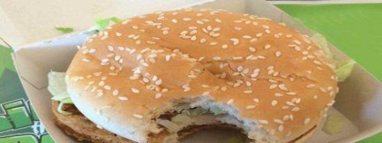 En McDonald's 'pegan bocados' al menor descuido: sirven a un joven una hamburguesa mordida