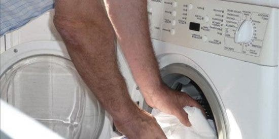 Se pelea con su mujer y mete a su hija de 14 meses en la lavadora en marcha