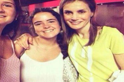 Doña Letizia se va al cine y le pide a dos jóvenes que se hagan un 'selfie' con ella