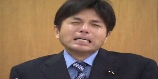 Así llora y berrea como un bendito un político acusado de ser un corrupto de mucho cuidado
