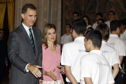 """Don Felipe y Doña Letizia en audiencia con los participantes del Programa """"Becas Europa"""""""