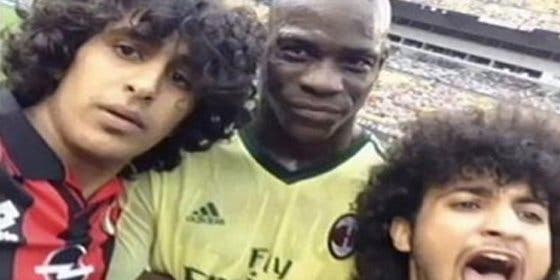 Dos espontáneos se sacan un selfie con Balotelli en pleno partido