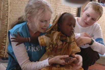 Mia Farrow al lado de los desplazados en África