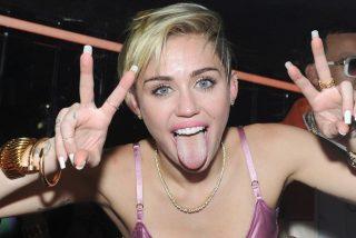 La última payasada de Miley Cyrus: contrata a una médium para hablar con su difunto perro