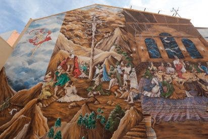 Redime su pena pintando un mural sobre Cristo