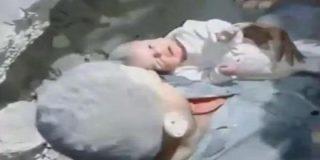 El vídeo del rescate de un bebé entre las ruinas de la guerra en Siria que es todo un 'llanto' a la vida