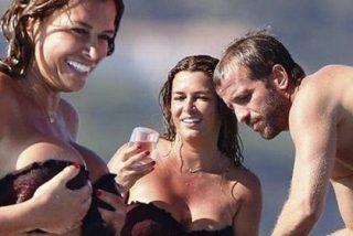Los paparazzi fotografían los enormes pechos de la novia del jugador holandés en la playa