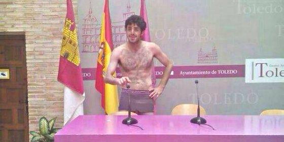 Full Monty en la sala de prensa del socialista Emiliano García-Page