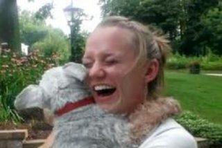 El vídeo del perro que se desmaya de emoción al volver a ver a su dueña