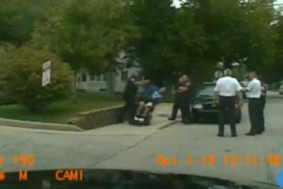 El vídeo del policía que tira a un discapacitado de su silla de ruedas porque le pisa un pie