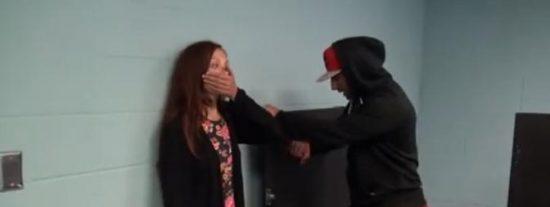 [Vídeo] Así reaccionan algunos cobardes al escuchar cómo violan a una chica en los servicios de caballeros