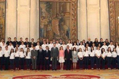 """Los Reyes reciben a los 50 preuniversitarios """"más brillantes"""" que recibieron las 'Becas Europa'"""