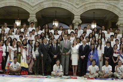 """Los Reyes de España, muy cómplices, reciben en audiencia a los jóvenes de la """"Ruta Brava 2014"""""""