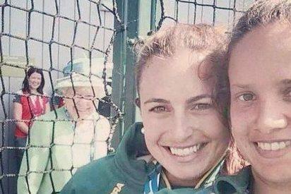 A la Reina Isabel II le pega por ir por ahí estropeando selfies sonrisa en ristre