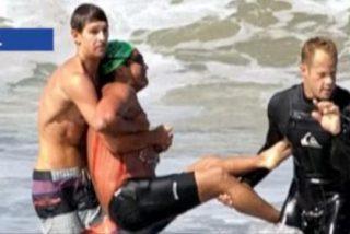 Un enorme tiburón ataca a un bañista a escasos 15 metros de la playa y casi se lo zampa