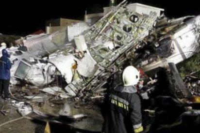 La desgracia se cierne con las líneas asiáticas: 47 muertos al estrellarse un avión en Taiwán