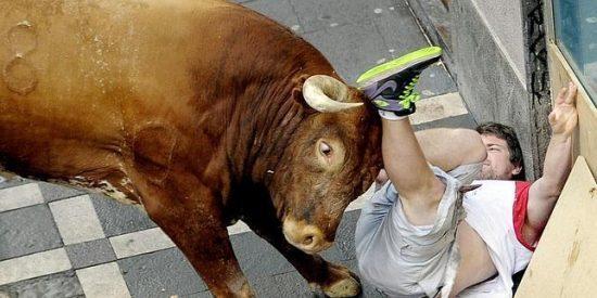 Las escalofriantes imágenes del toro 'Olivito' sembrando el pánico en la curva de Estafeta