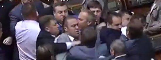 [Vídeo] En el parlamento ucraniano los mamporros vuelven a estar a la orden del día