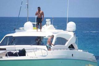 Los paparazzi cazan a Benzema en su lujoso yate en alta mar