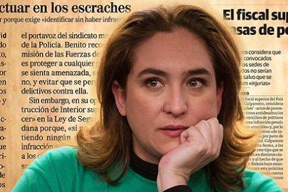 Ada Colau inicia en Twitter un escrache en el que 'lanza' sujetadores a León de la Riva