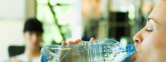 Los peligros por reutilizar las botellas de agua y que pueden hacer que te atragantes
