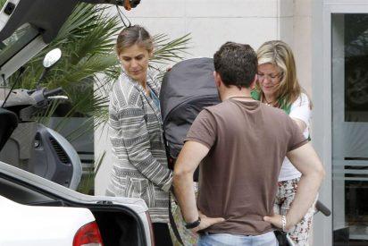 Beatriz Mira un mamá feliz al lado de Álvaro Fuster
