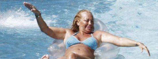 Belén Esteban y su hija Andreita con bikini y viento en popa en Benidorm