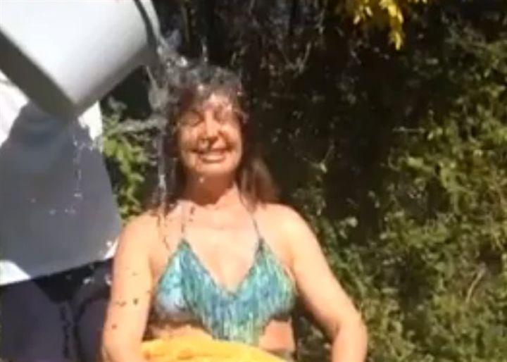 "Carmen Martínez-Bordiú cumple el ""Ice Bucket Challenge"""