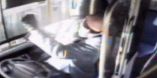 El vídeo del conductor de bus que esnifa metanfetaminas y se estrella contra una casa