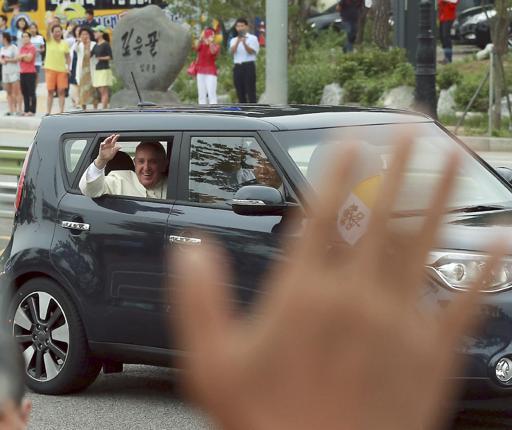 Pequeño auto del papa fascina a surcoreanos