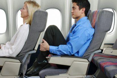 El 'gadget' para viajeros de avión que te permite impide que el de delante recline su asiento
