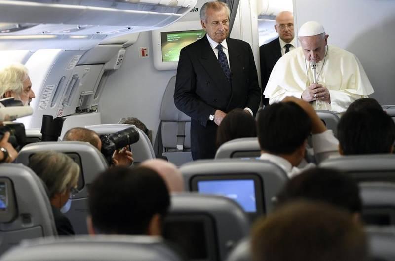 Francisco reza durante el vuelo a Seúl por el periodista italiano fallecido en Gaza