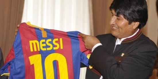"""Toma corte, el Barça regala una camiseta a Evo Morales: """"Yo soy del Real Madrid"""""""