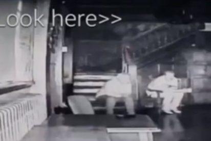El terrorífico vídeo de los tres fantasmas que aparecen en la escalera de una casa embrujada