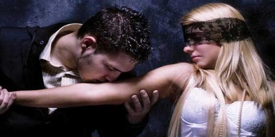 Mata a su novia imitando '50 sombras de Grey' tras atarla a la cama con preservativos