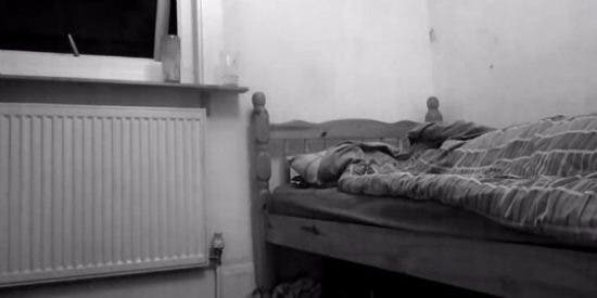 El vídeo del aterrador fantasma grabado por un hombre durante la parálisis del sueño
