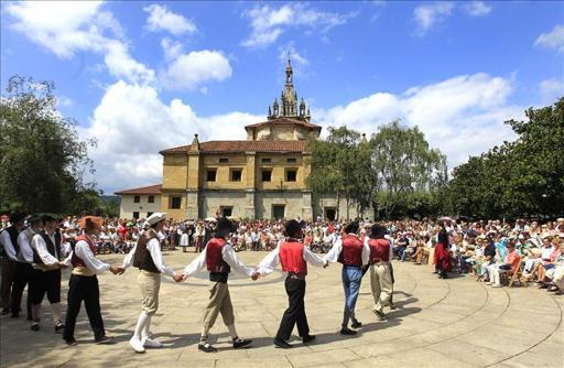 Miles de vizcaínos homenajean un año más a la Virgen de Begoña