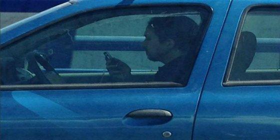 Denuncian que Pablo Iglesias casi provoca un accidente con el coche de su madre… ¡conduciendo móvil en mano!