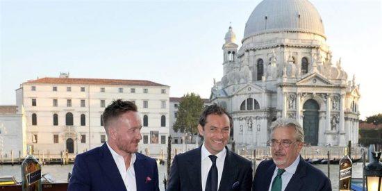 Jude Law llega a Venecia para presentar su cortometraje para Johnnie Walker Blue Label